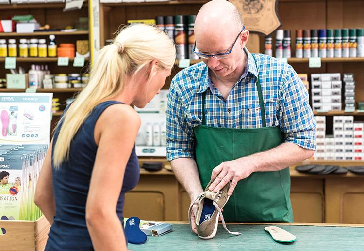 Herr Gotthardt berät über einen Schuh